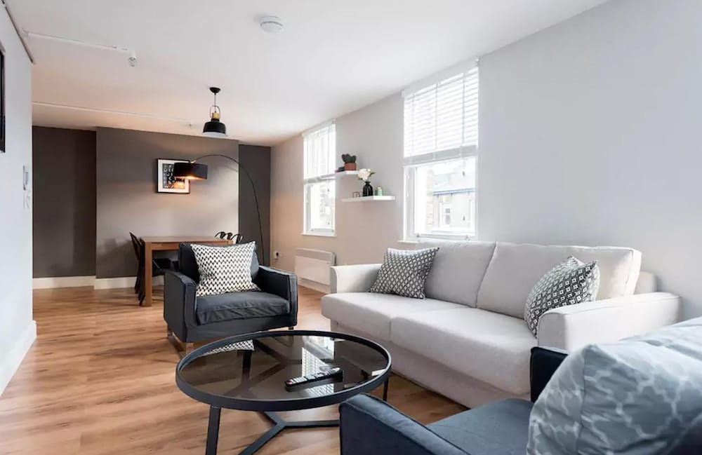 Amazing Modern 2 Bedroom Apartment in Zone 1!