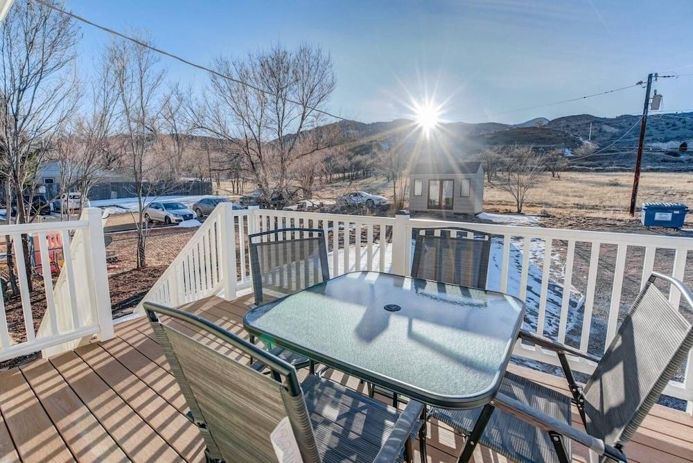 2BR Aptmt Parks Private Deck, Mountain Views!
