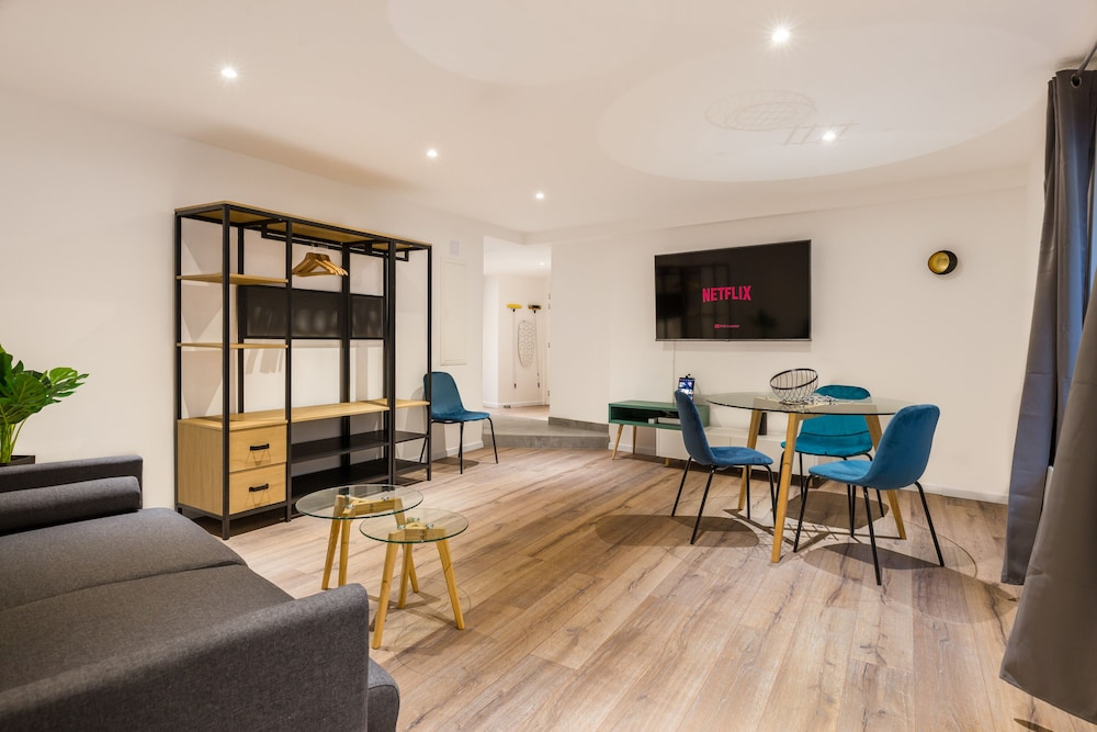 Travel Homes - L'Arsenal - Apartments For 18 People