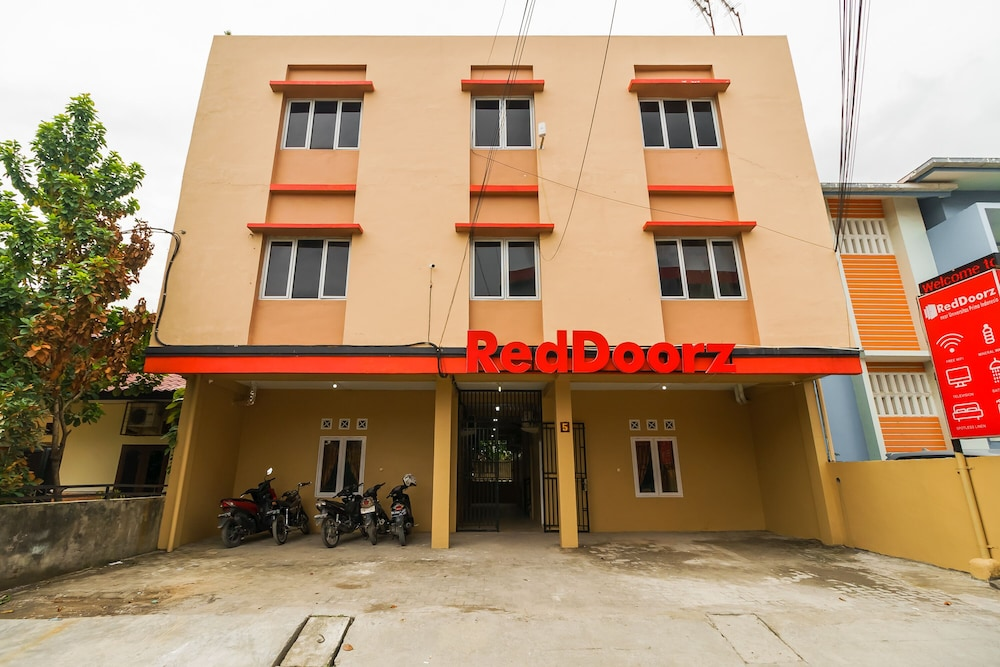 RedDoorz near Universitas Prima Indonesia