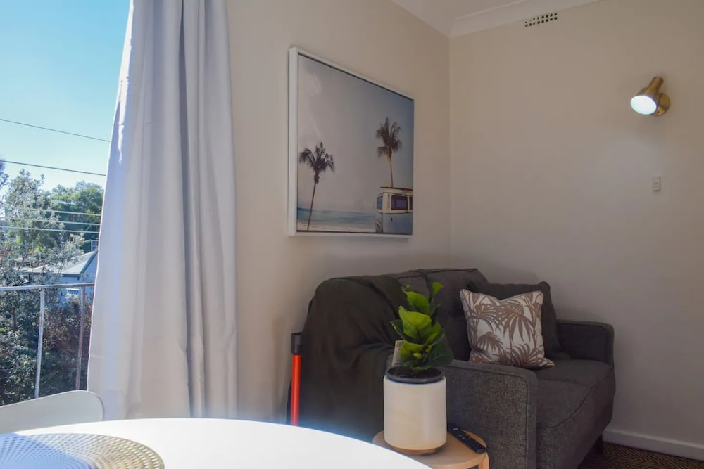Sun-drenched 1 Bed Studio Apt Newtown Parking