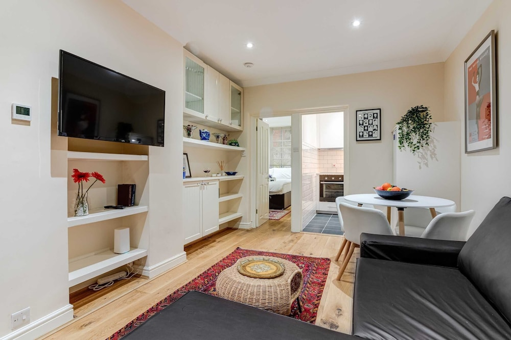Stylish Chiswick Park Apartment - JED