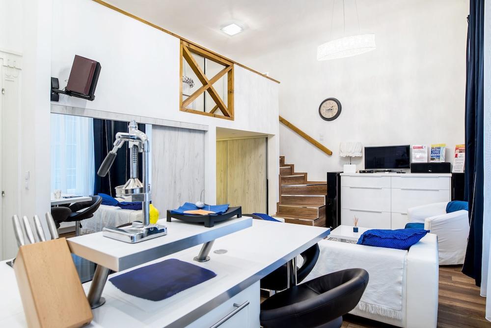 Dandy Deluxe Apartments