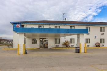 Motel 6 Fargo - South - Hotel Front  - #0
