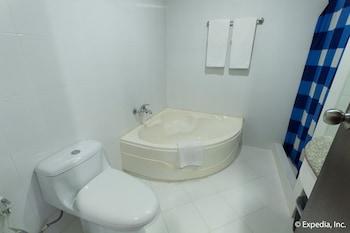 EGI Resort and Hotel Mactan Bathroom