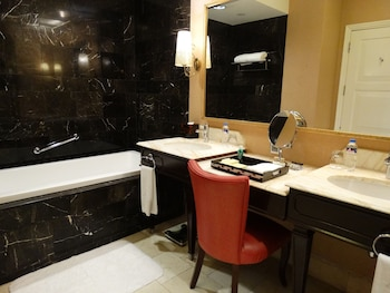 Maximz Tower Hotel Pasay Bathroom