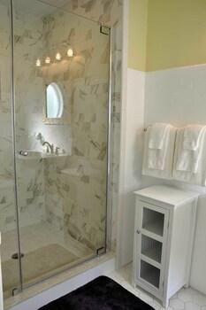 Peter Shields Inn & Restaurant - Bathroom  - #0