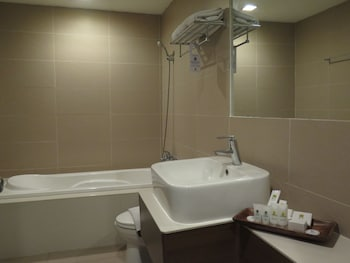 The Ritz Hotel at Garden Oases Davao Bathroom