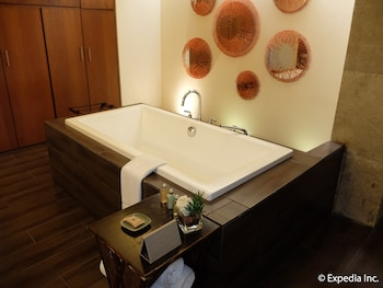 Asya Premier Suites Boracay Deep Soaking Bathtub