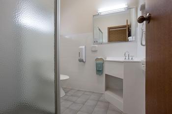 Manifold Motor Inn - Bathroom  - #0