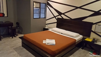 Hollywood Drive-In Hotel Baguio Guestroom