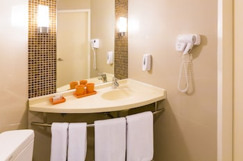 ibis Bangkok Siam - Bathroom  - #0