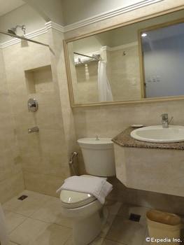 Hotel Vicente Davao Bathroom