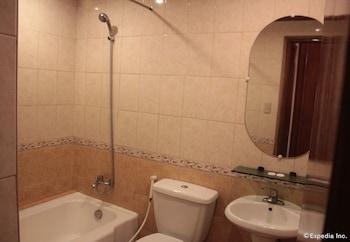 New Camelot Hotel Quezon City Bathroom