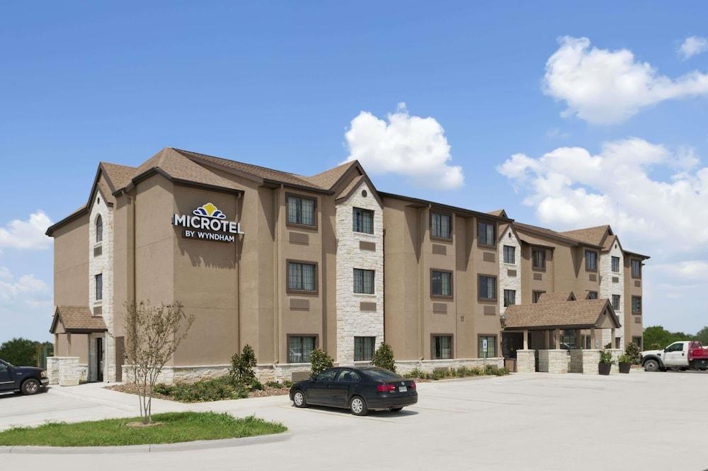 Microtel Inn & Suites by Wyndham Gonzales