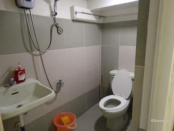Gaius Pension Inn Manila Bathroom