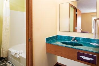 Rodeway Inn North Spokane - Bathroom  - #0