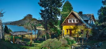 Los Juncos-Patagonian Lake House - Featured Image  - #0
