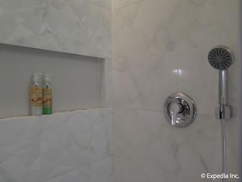 Home Crest Hotel Davao Bathroom Shower