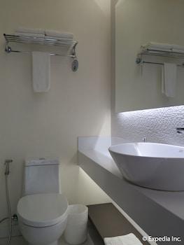 Home Crest Hotel Davao Bathroom