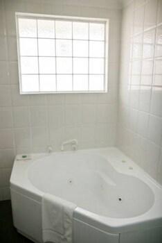 Bathurst Motor Inn - Bathroom  - #0