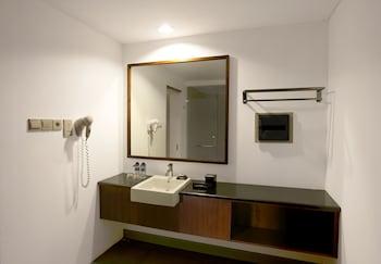 Hotel Neo+ Green Savana Sentul City - Bathroom  - #0