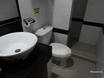Silver Oaks Suite Hotel Manila Bathroom