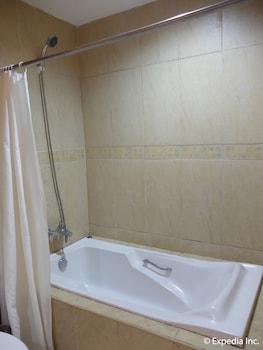 Willy's Beach Hotel Boracay Deep Soaking Bathtub