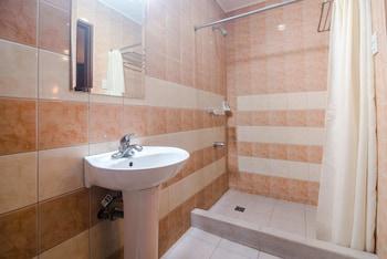 Oftana Suites Cebu Bathroom